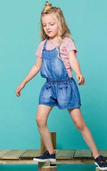 Nono T-Shirt Kevas dyed-striped raspberry #5402 mit Jumpsuit / Overall Sim blue denim #5602